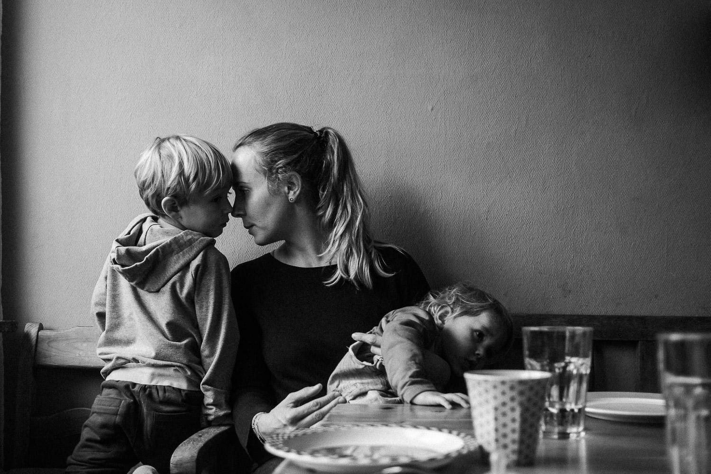 Nähe zwischen Mutter und Kind auf einer Familienreportage von roar