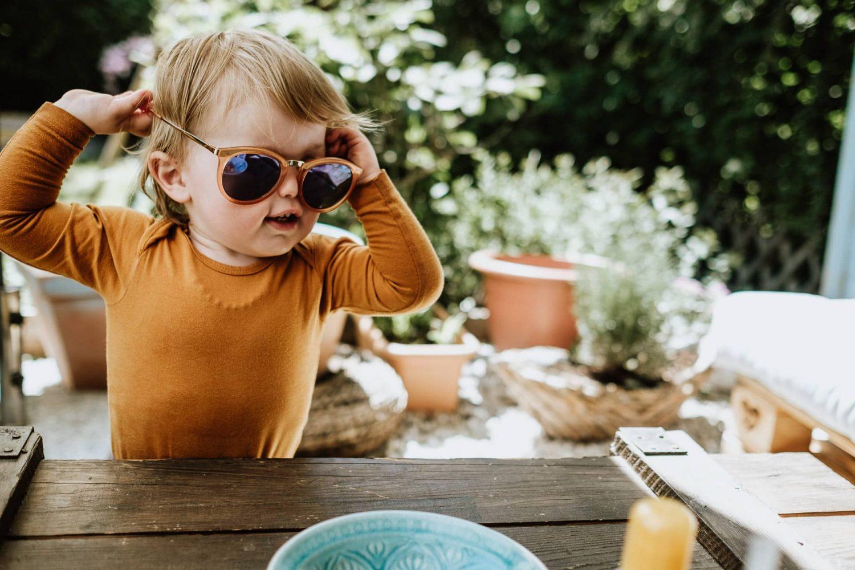 Kleiner Junge mit Sonnenbrille beim Familienshooting roar Familienfotografie Düsseldorf