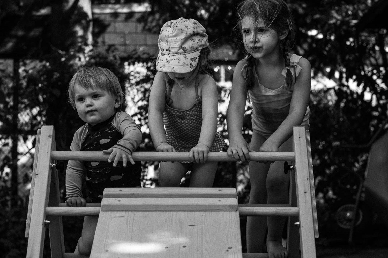 3 Kinder klettern auf einem Klettergerüst