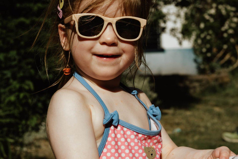 Porträt von einem kleinen Mädchen mit Sonnenbrille