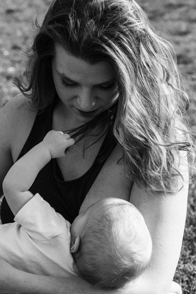 Mutter stillt Baby im Freien