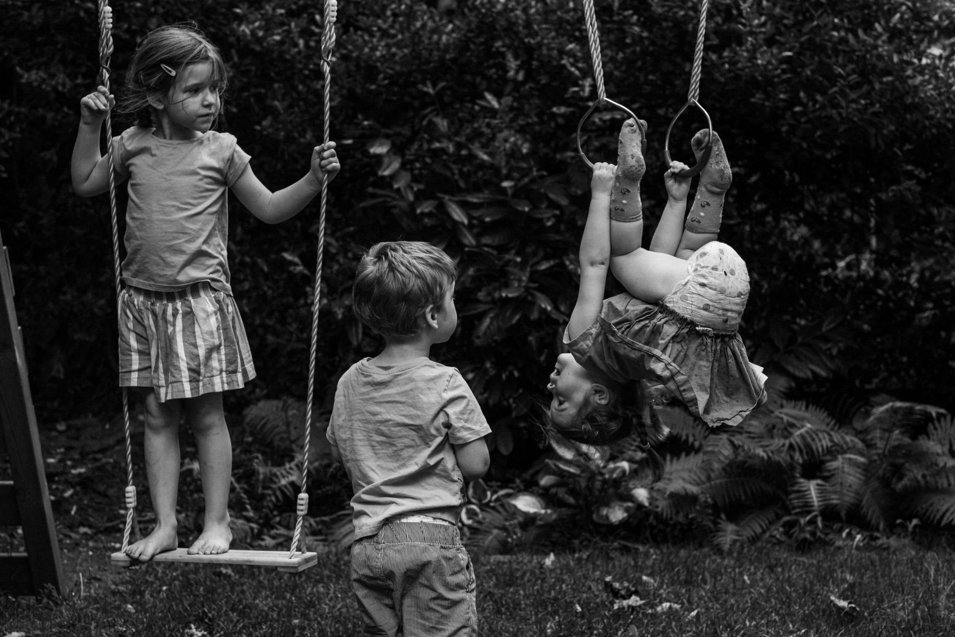 Drei Kinder klettern auf einem Schaukelgerüst