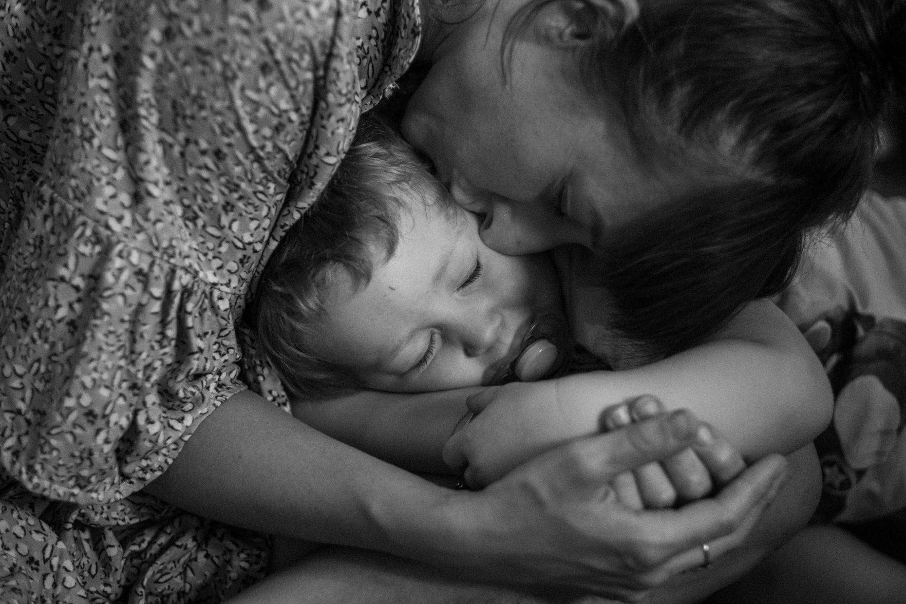 Mama und Sohn kuscheln sich aneinander