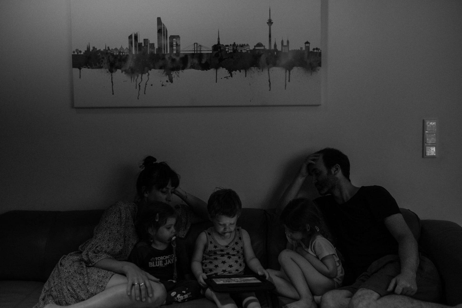 Familienbild auf Sofa